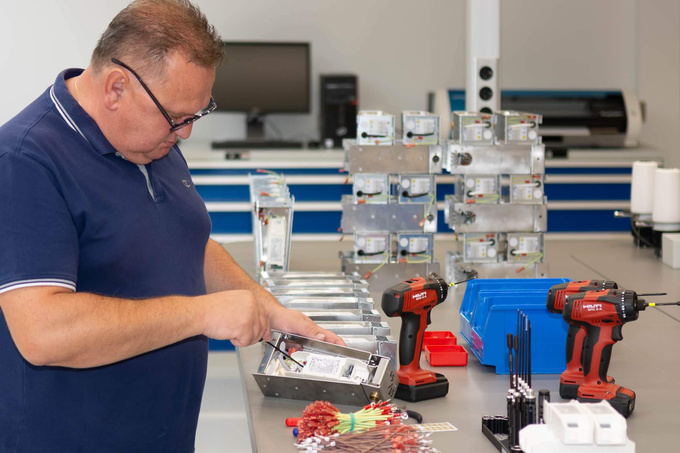 Derksen Lichttechnik - Produktion und Mitarbeiter