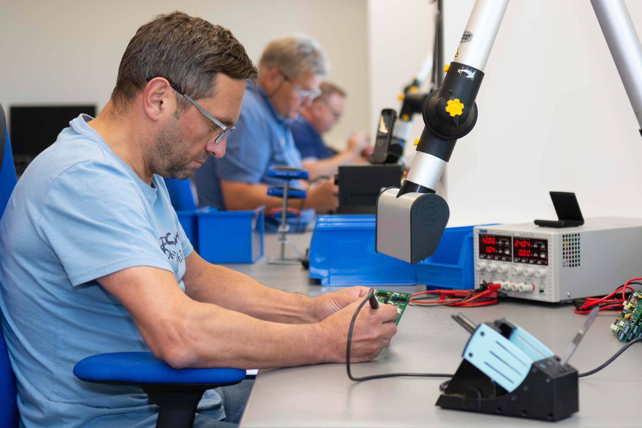 Derksen Lichttechnik - Werkstatt mit Mitarbeitern