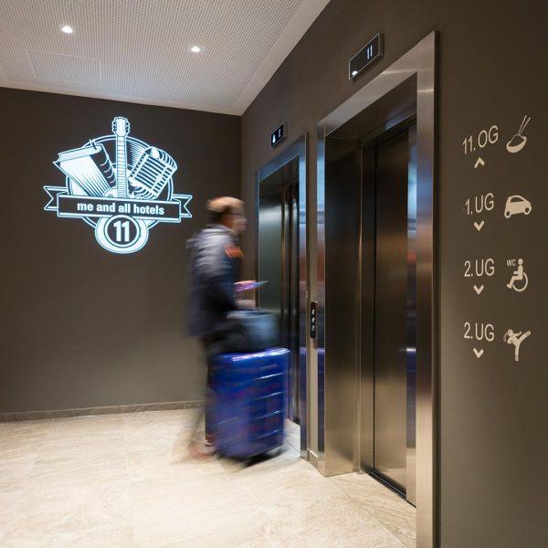 Goboprojektor in einem modernen Hotel