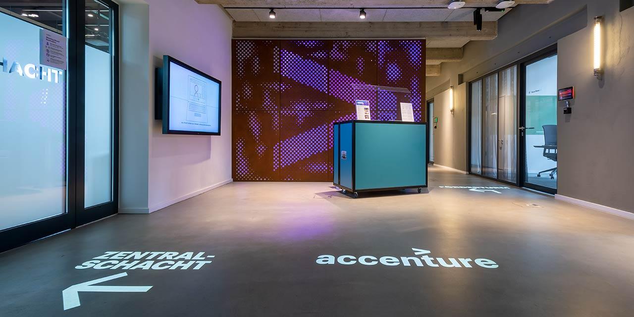 Foyer mit projiziertem Logo bei Accenture
