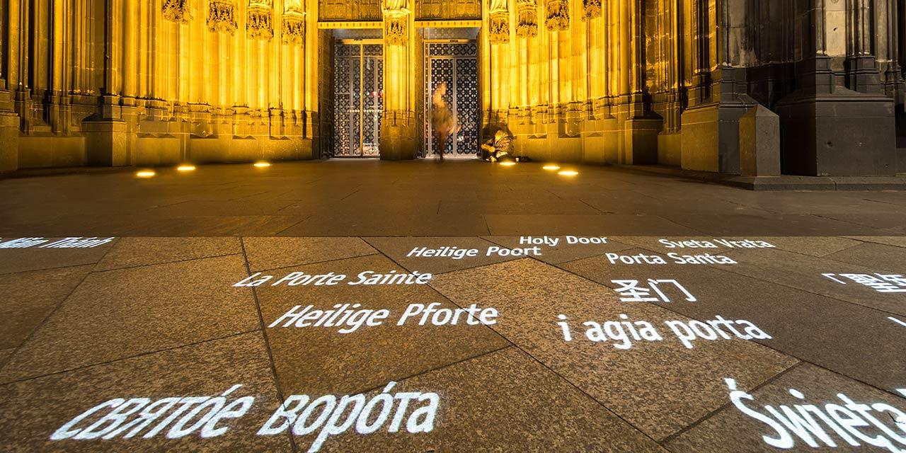 Projektion eines Gobos vor dem Kölner Dom